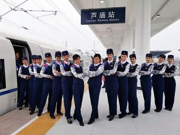 高铁乘务变身搬运工 警惕就业新玩法